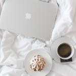 Készülődés olvasáshoz: laptop és kávé