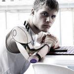 Félig ember - félig robot ül az asztalnál