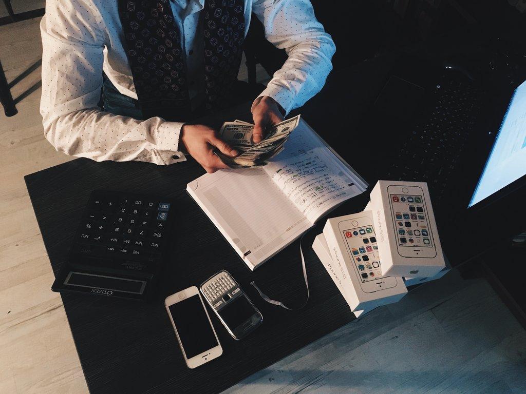 Marketinges pénzt számol az asztalnál